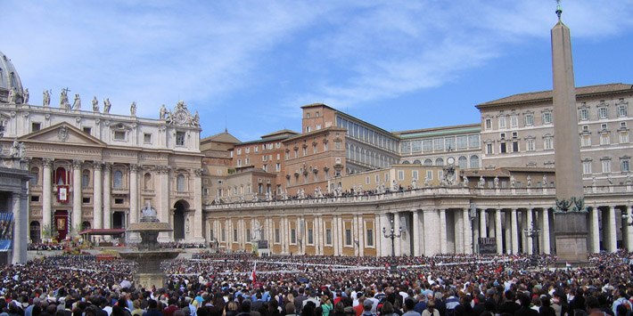 Crowds gather for Mass in Saint Peter's Square by ciamabue